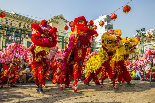 aHR0cDovL3d3dy5saXZlc2NpZW5jZS5jb20vaW1hZ2VzL2kvMDAwLzA5OC8zOTgvb3JpZ2luYWwvY2hpbmVzZS1kcmFnb24tZGFuY2UuanBn - Chinese New Year: Customs & Traditions